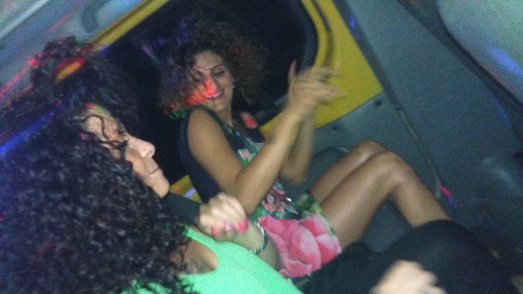 Ragazze si recano a ballare col servizio navetta discoteche salentine